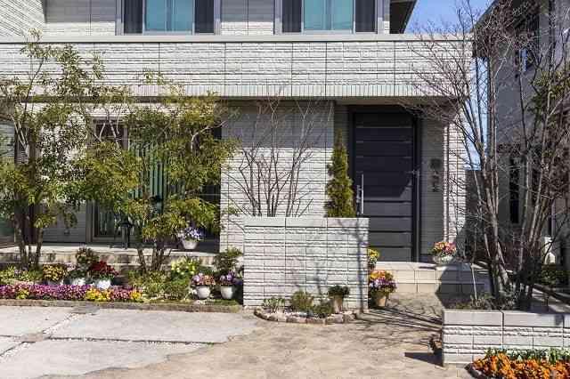 植物や花壇のある家